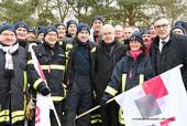 Die Feuerwehrkräfte mit dbb Verhandlungsführer Willi Russ (1. Reihe 4.v.l.), Anusch Melkonyan (stellvertretende Landesvorsitzende komba nrw, 1. Reihe 5.v.l.) und Andreas Hemsing (1. Reihe ganz rechts) (Foto: © Friedhelm Windmüller / dbb verlag)