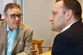 Andreas Hemsing (l.) im Gespräch mit Jens Spahn. (© Patrick Rohmann)